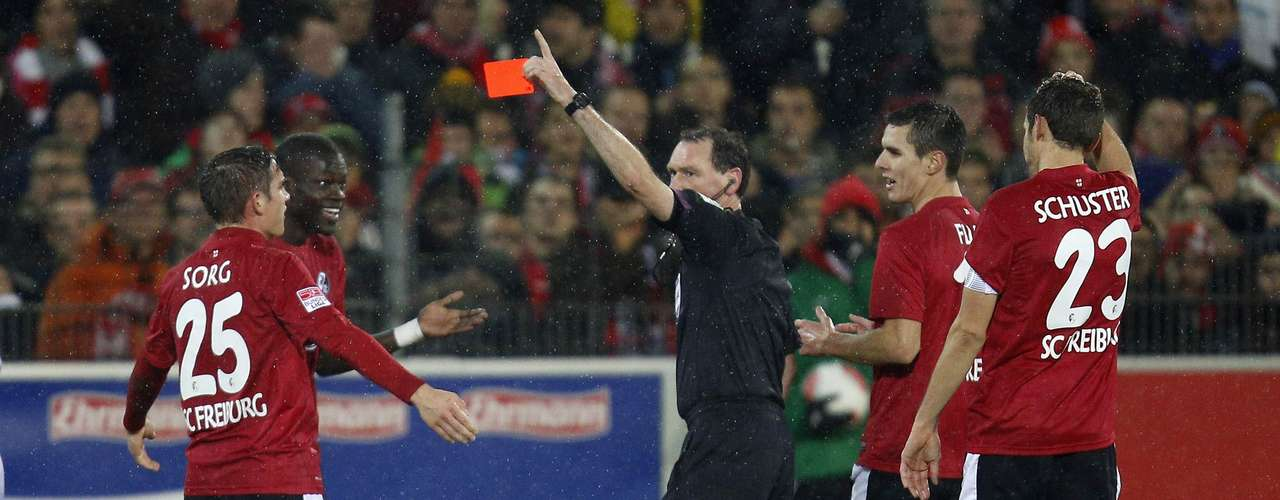 SC Freiburg's Fallou Diagne (2nd L) receives the red card from referee Florian Meyer .