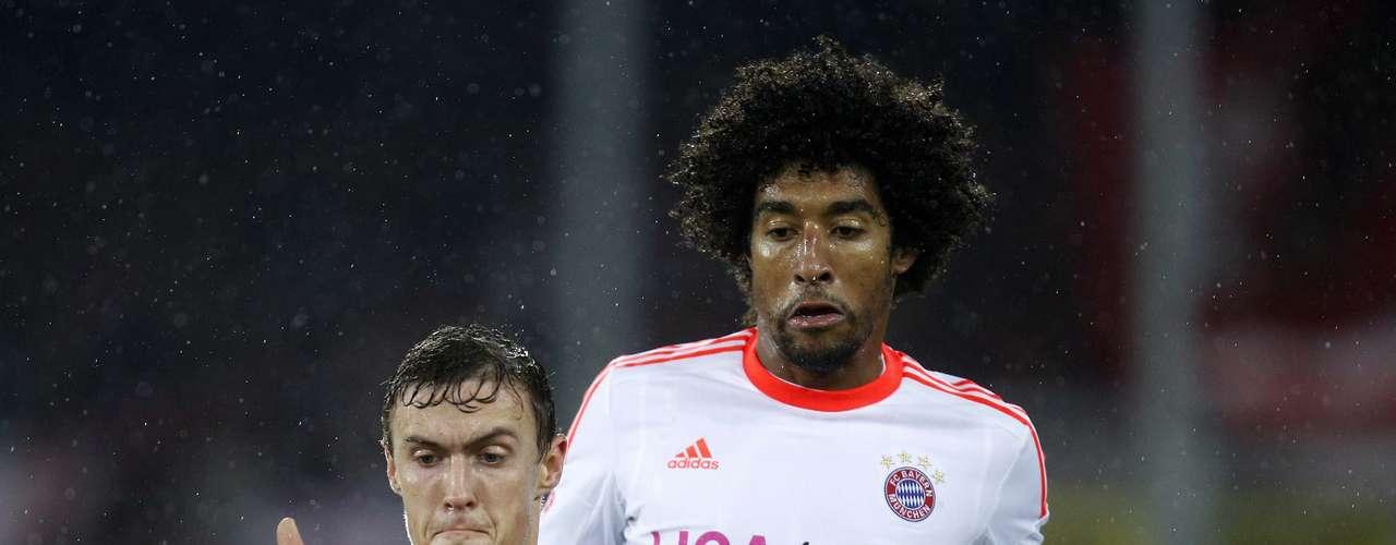 SC Freiburg's Max Kruse (L) challenges Bayern Munich's Dante.
