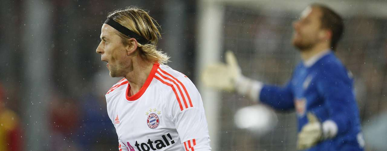 Bayern Munich's Anatoliy Tymoshchuk (L) celebrates after scoring a goal next to SC Freiburg's goalkeeper Oliver Baumann.