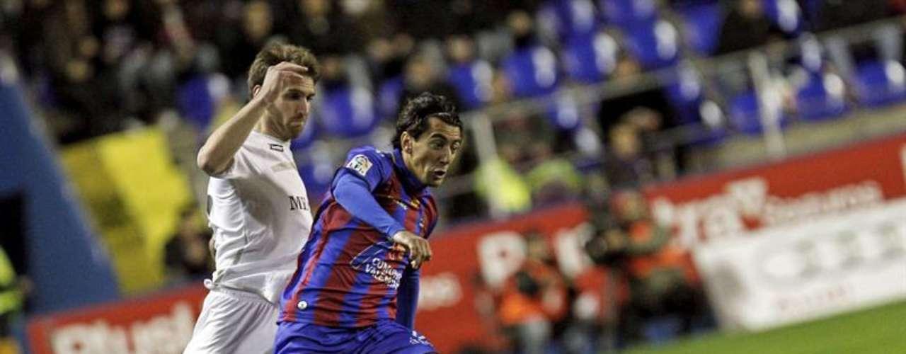 El centrocampista del Levante Pedro Ríos (d) disputa un balón con el centrocampista del Melilla Fausto Tienza (i), durante el partido de vuelta de los dieciseisavos de final de la Copa del Rey, disputado esta noche en el estadio Ciutat de Valencia