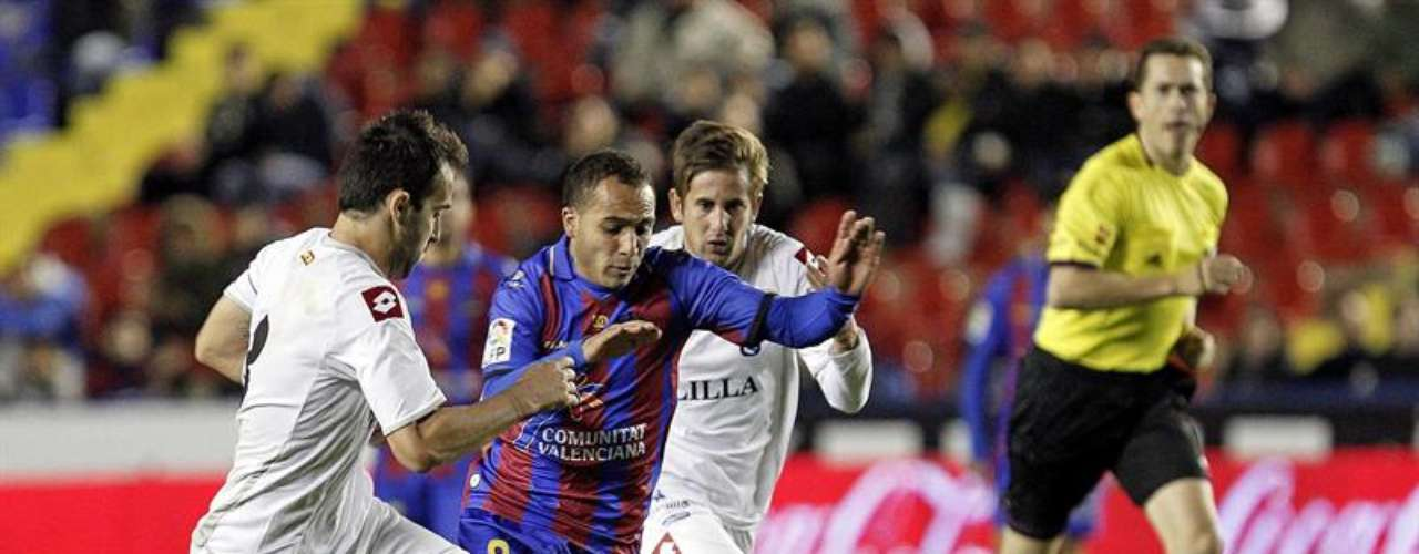 El centrocampista francés del Levante Nabil El Zhar (c) controla el balón ante los jugadores del Melilla Enrique de la Mota (d) y Sánchez (i), durante el partido de vuelta de los dieciseisavos de final de la Copa del Rey, disputado esta noche en el estadio Ciutat de Valencia.