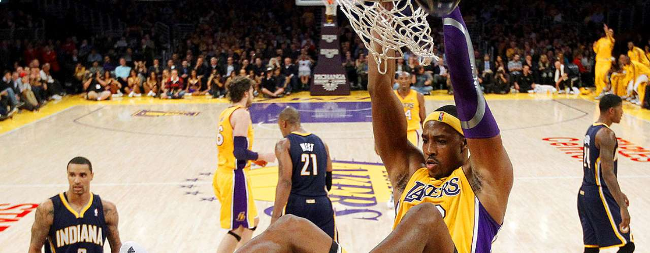 Pacers vs. Lakers: Dwight Howard clava el balón ante la marca de la defensiva de Indiana.