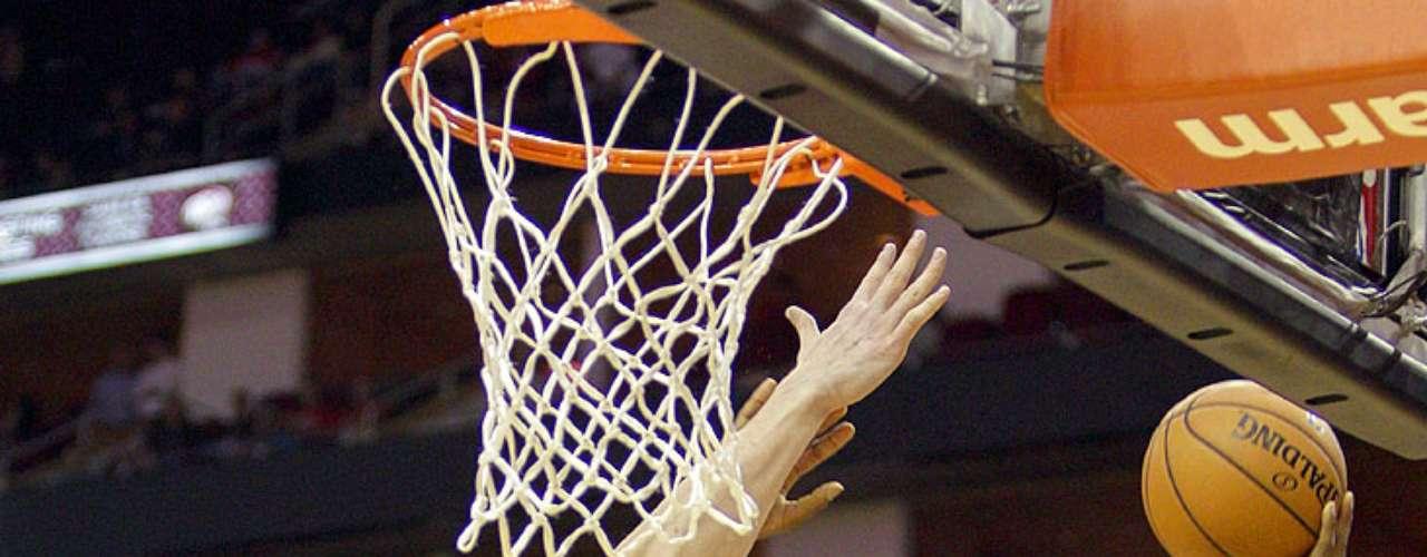 Raptors vs. Rockets: Ed Davis (32) intenta un enceste ante la marca de Omer Asik (3).