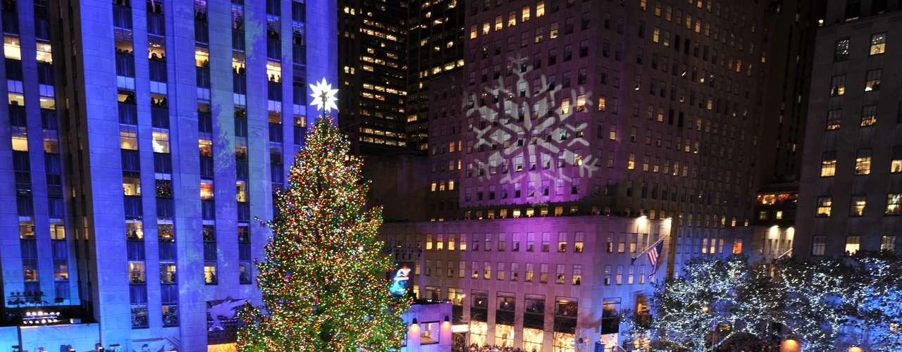 El árbol de Navidad de Rockefeller Center iluminó la noche neoyorquina y el espíritu festivo de miles de personas que no quisieron perderse esta ineludible cita con la que cada año la ciudad de los rascacielos da la bienvenida a las fechas navideñas.