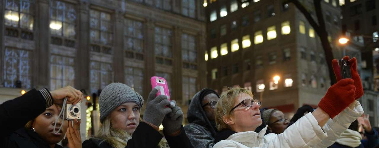 Miles de personas asisten al encendido del arbol de Navidad del Rockefeller center