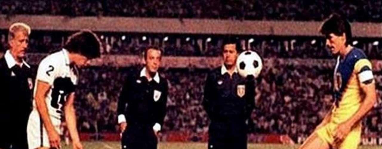 América y Pumas definieron al campeón de la temporada 1984-1985 en un tercer partido celebrado en Querétaro. El árbitro Joaquín Urrea no fue parejo en las marcaciones, favoreció a las Águilas y perjudicó a Universidad Nacional.