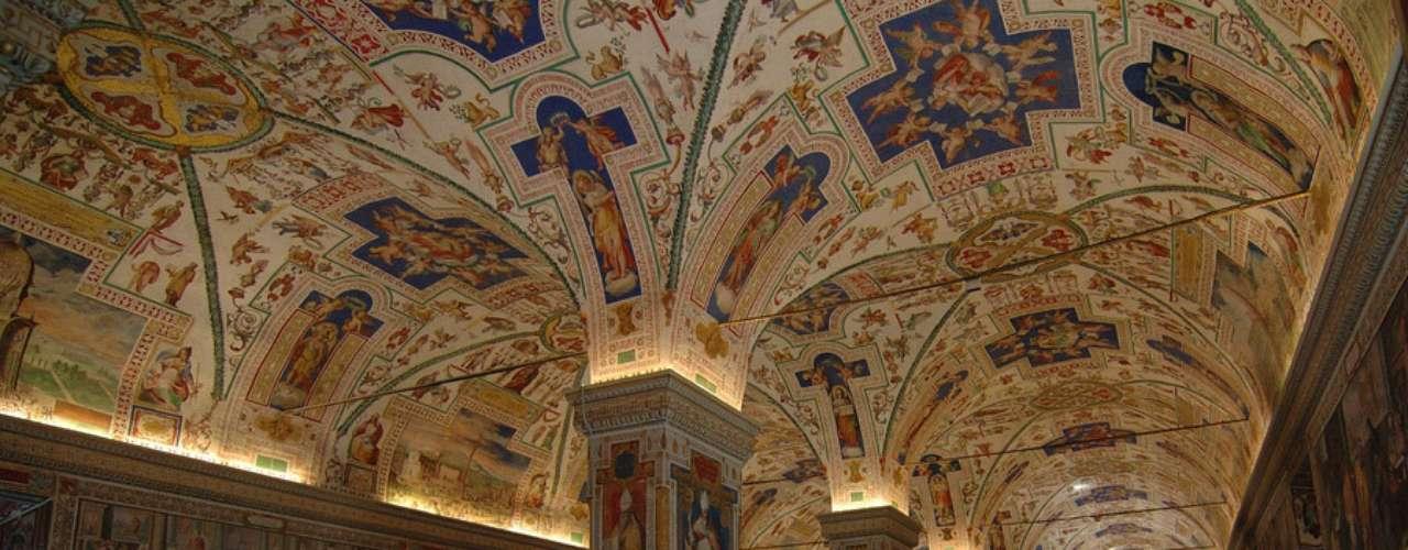 Museos vaticanos. Se trata de las galerías más importantes propiedad de la Iglesia y accesibles al público. Es una colección que fue ampliándose con la llegada de los papas. Cuenta con museos temáticos, edificios pontificios, galerías, monumentos y jardines.