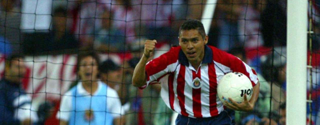 Final del Clausura 2004, juego de ida en la cancha del Jalisco. Falta fuera del área, que fue marcada como penal, fue aprovechada por Ramón Morales, para darle el empate a Guadalajara.