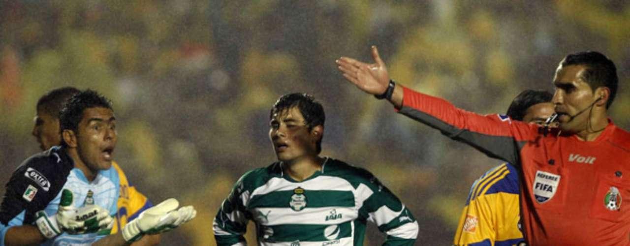 Marco Rodríguez tuvo un polémico arbitraje que terminó perjudicando a Santos en la final del Apertura 2011 contra Tigres. Expulsó de forma rigorista a Oswaldo Sánchez y eso marcó rumbo definitivo en la eliminatoria.