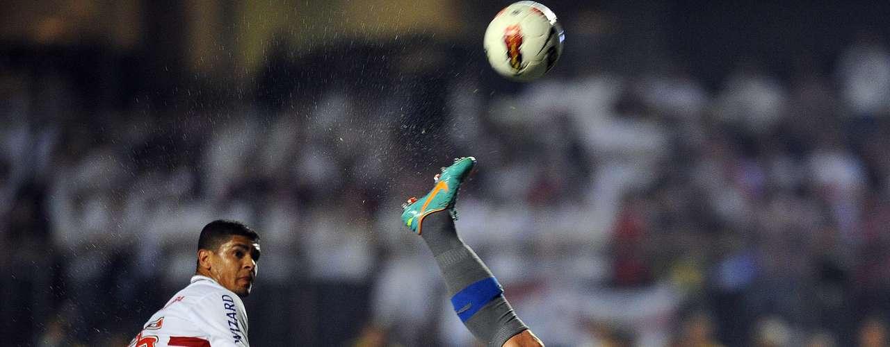 Los jugadores de la Católica intentaron de todo para meter el gol que les diera el ansiado boleto a la final.