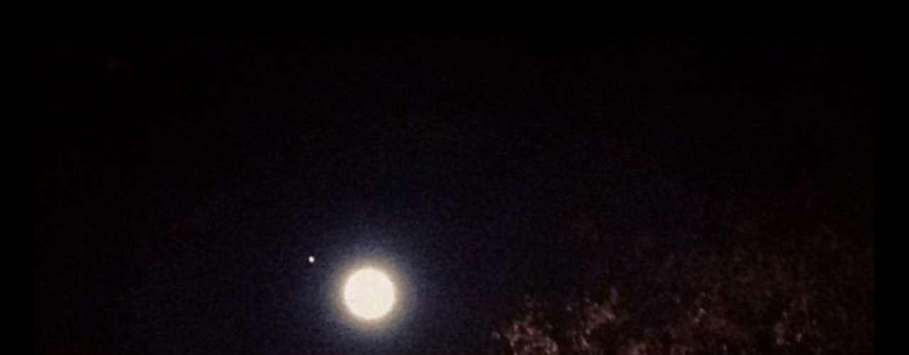 Una perfecta Luna llena, con un punto de luz brillanteasomando por uno de sus bordes, es lo que se observó en el cielo durante casi dos minutos.