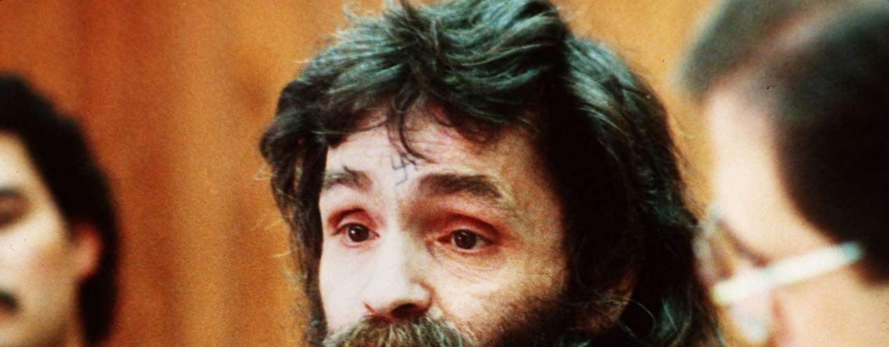 Charles Manson nació en 1934 y a los nueve años ya generaba problemas. Fue puesto a esa edad en una escuela reformatoria. Para cuando tenía 26 ya había tenido roces con la ley, acusado de violación, robos y de manejar prostitutas. Más tarde formó un 'clan' en la zona hippie de San Francisco que lo siguió con la misma adoración que a Jesucristo. Su mala fama llegó al clímax cuando en las primeras horas del 9 de agosto de 1969, miembros de su clan y Manson entraron a la vivienda que ocupaba la actriz Sharon Tate y su esposo, el renombrado director de cine Roman Polanski, en Beverly Hills. 'Maten a todos', fue la orden de Manson a sus seguidores.