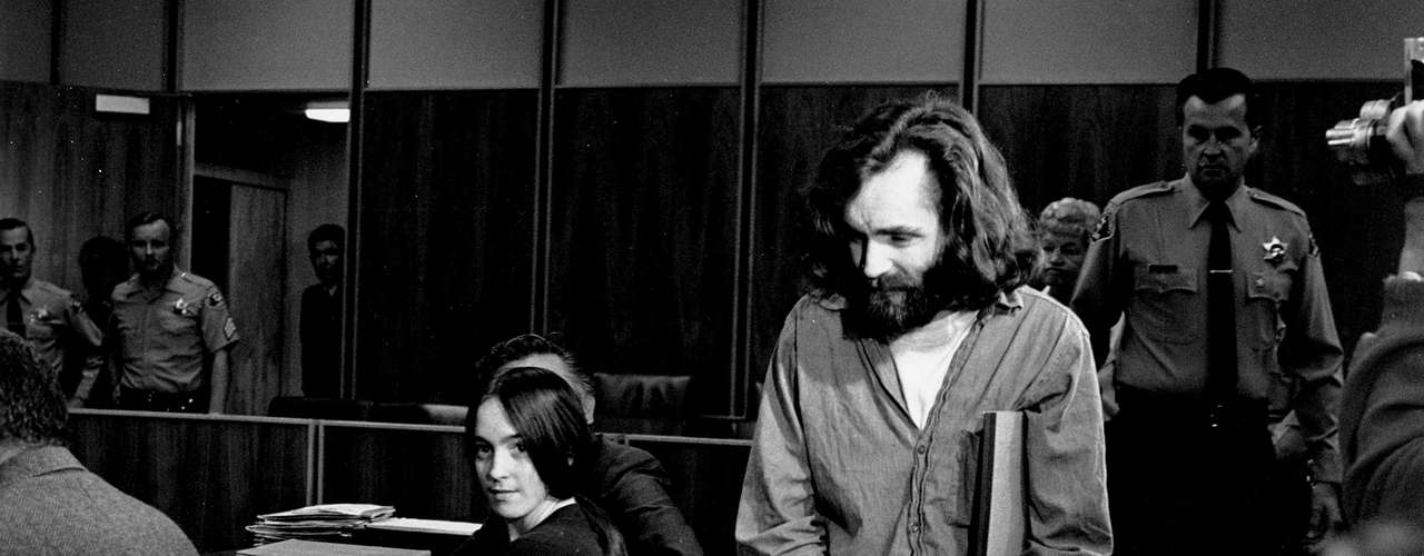 Tras matar a la bella y joven actriz,, quien estaba embarazada de ocho meses y medio, asesinaron salvajementea otra gente en la misma casa y a otros que vivían en el barrio, iniciando una sangrienta noche que terminó con la vida de varias personas. En las paredes de la casa de Tate, y con la sangre de la actriz, fueron escritas las palabras 'pigs' (cerdos) y 'Helter Skelter', el título de una canción de The Beatles, que para Manson era como un himno. A su entender, la letra era sobre una inmediata guerra mundial y había que estar preparados. Manson fue apresado y condenado a cadena perpetua, junto a otros miembros de su clan, todos acusados de varios homicidios. En la actualidad, cumple su condena en la prisión de Corcoran, en California.