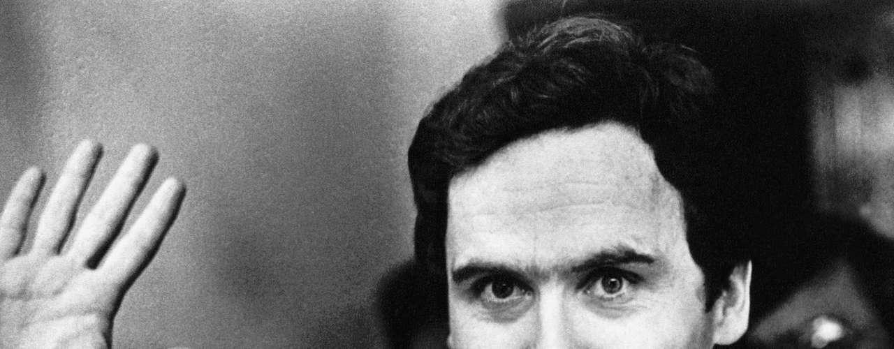 Ted Bundy era un tipo buen mozo y simpático. Pero detrás de su sonrisa, se escondía uno de los asesinos más temibles.Nacido en 1946, Bundy fue acusado deasesinar aal menos 40 mujeres en los años setentas, a quienes conocía en bares y lugares públicos con su buena apariencia y educados modales. Luego las llevaba a lugares desiertos, las violaba y las degollaba.