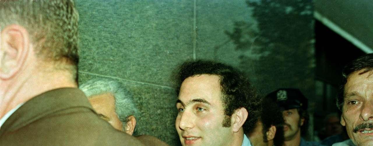 Uno de los más peligrosos y sangrientos asesinos en serie en este país fue sin dudas David Berkowitz, más conocido como 'El hijo de Sam', quien en un solo año asesinó a seis personas en New York City a fines de los años setentas. Lo extraño de su caso es que tras cometer sus asesinatos enviaba cartas a la policía con detalles acerca de cómo había matado a sus víctimas.