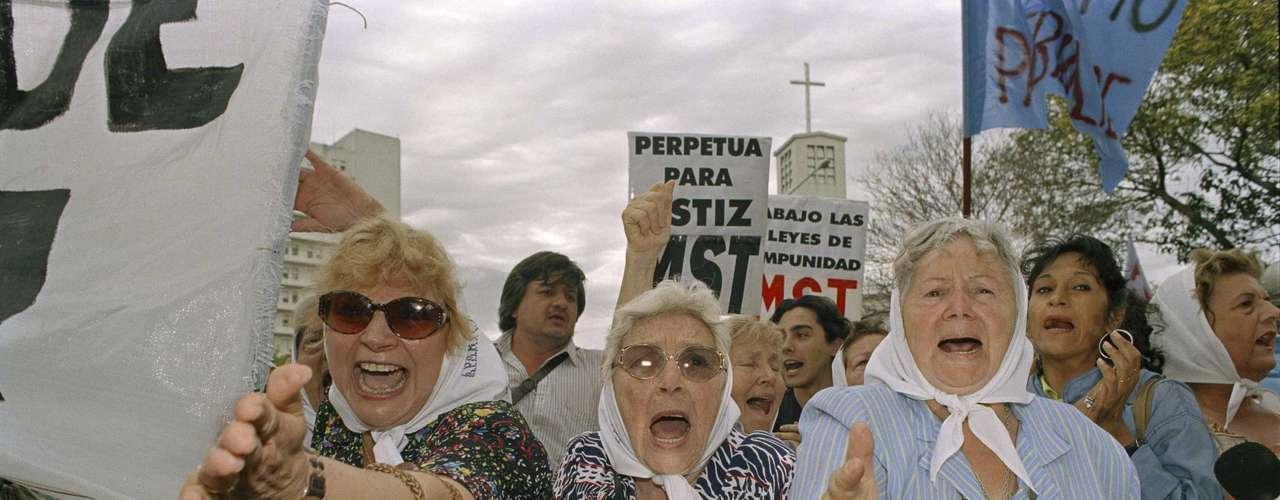 Astiz y Acosta fueron condenados a prisión perpetua en 2010 en el primer juicio por los crímenes en la ESMA, un centro de detención por donde pasaron unos 5.000 prisioneros, de los cuales sólo sobrevivieron un centenar. Decenas de juicios se llevaron a cabo en Argentina desde la anulación de las leyes de amnistía en 2003, mientras que en la actualidad hay 15 procesos en marcha.