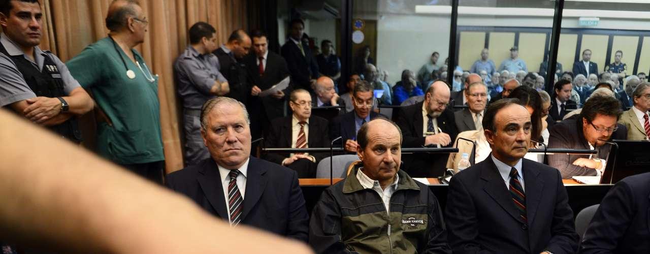 El juicio se inició en una colmada sala de audiencias de los tribunales de Buenos Aires, en tanto que afuera activistas humanitarios reclamaban \
