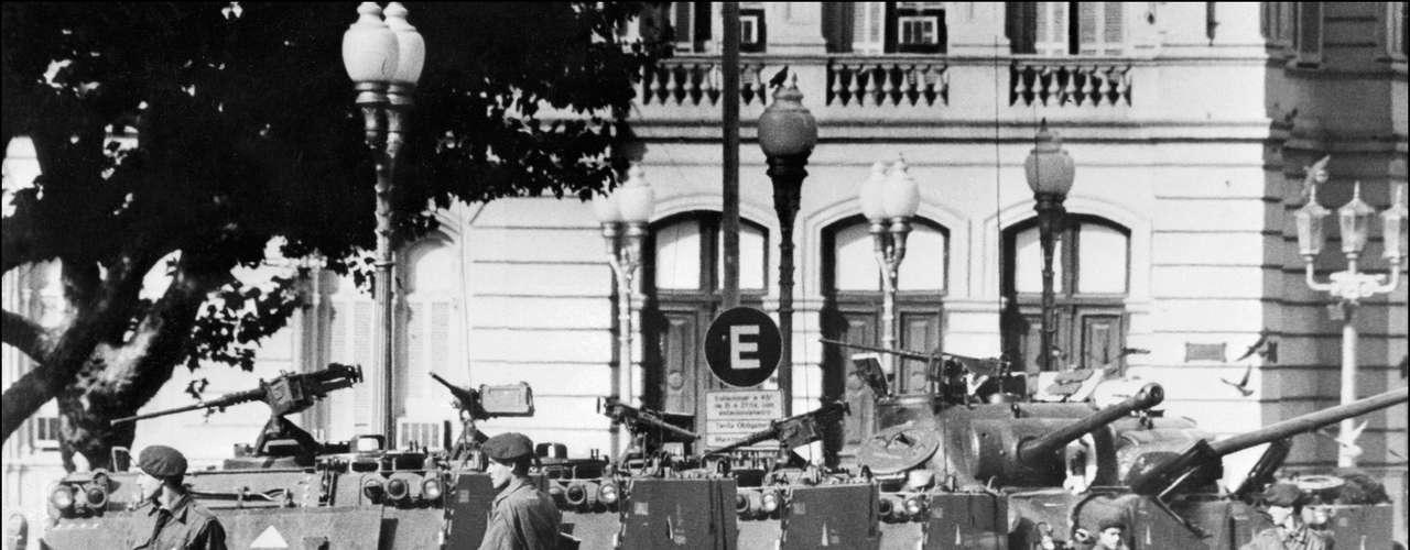 Fueron cerrados los congresos estatales, los poderes judiciales y se instalaron militares en los cargos más altos, incluidos gobernadores. Se puso en marcha un plan de represión que apuntó a los activistas, los medios de comunicación, los sindicalistas, estudiantes y profesores universitarios.