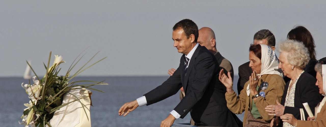 En una visita en 2007, el entonces presidente de España, José Rodríguez Zapatero, participó de un acto en memoria de las víctimas de la represión y tiró un ramo de flores al Río de la Plata, donde fueron arrojadas decenas de víctimas.