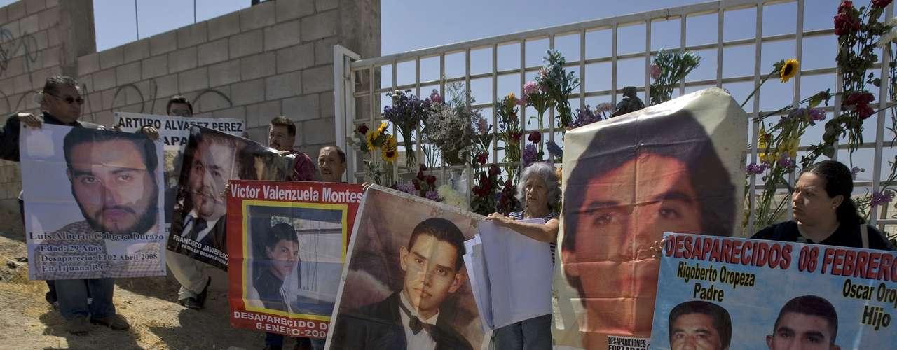 La búsqueda de desaparecidos en México ha llevado a la gente a formar asociaciones que se movilizan para dar con su paradero.