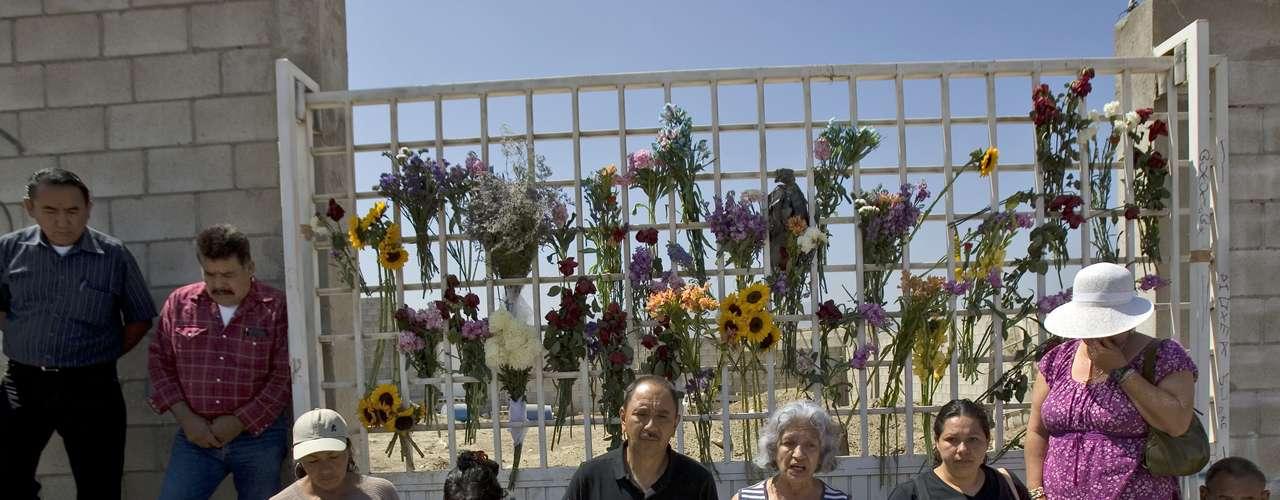Miles están buscando a sus seres queridos y varios de ellos llegaron hasta la propiedad de 'el Pozolero', donde colocaron flores y fotos de sus parientes.