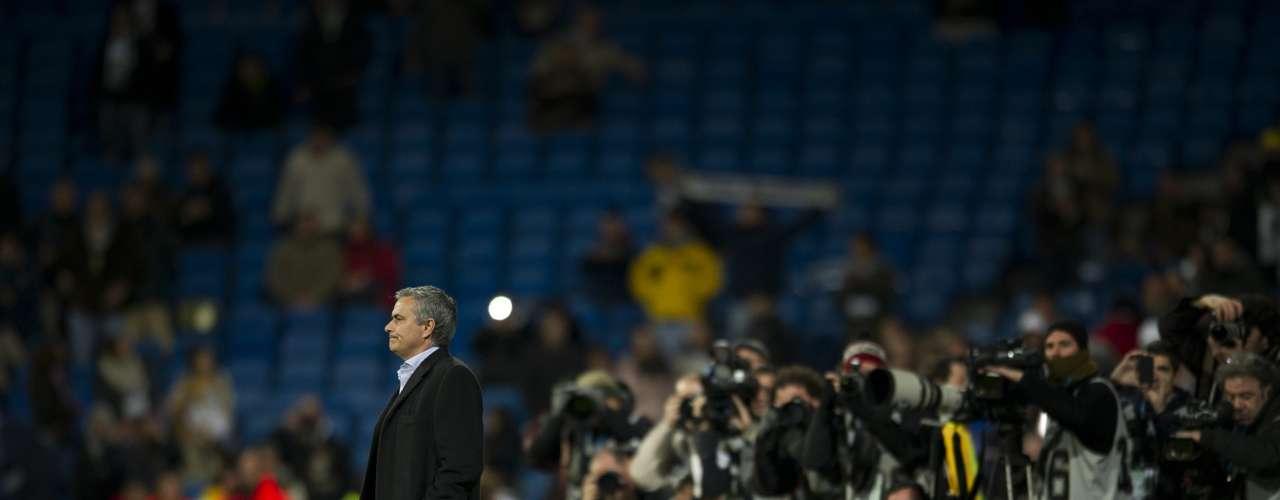 En el reciente derbi ante el Atlético de Madrid, minutos antes del inicio, el entrenador portugués saltó al campo para recibir en solitario ya fuera el amor o el odio de la hinchada.
