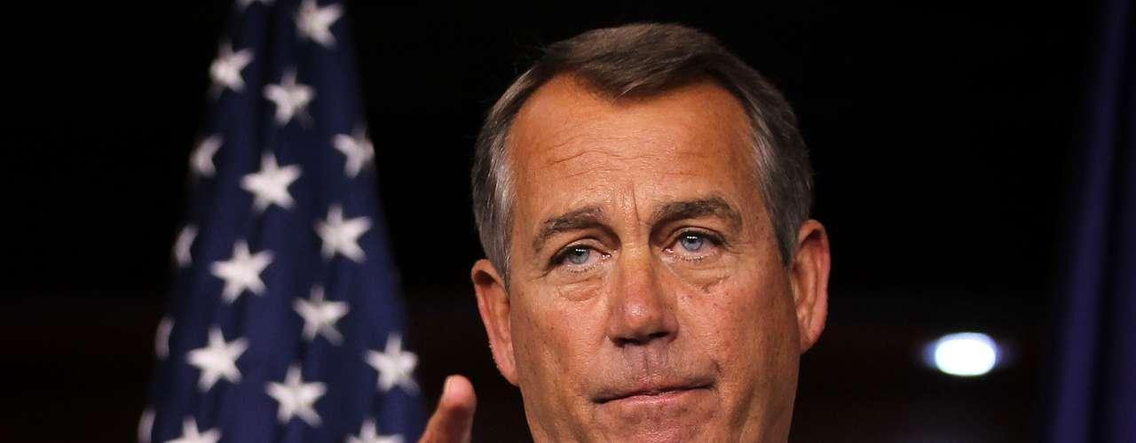 Republicanos, encabezados por el legislador John Boehner, y demócratas, están enfrascados en una discusión para evitar que entren en vigencia las medidas aprobadas hace años por el entonces presidente George W. Bush. Una de ellas es el aumento de los impuestos que cada trabajador paga cada quincena cuando recibe un cheque por su labor. Se estima que la deducción por impuestos federales puede aumentar hasta 3,500 dólares por año, lo que se traduce en unos 145 dólares menos que cobraríacada empleado a partir de enero. Esta medida afectaría a la mayoría de la población activa del país.