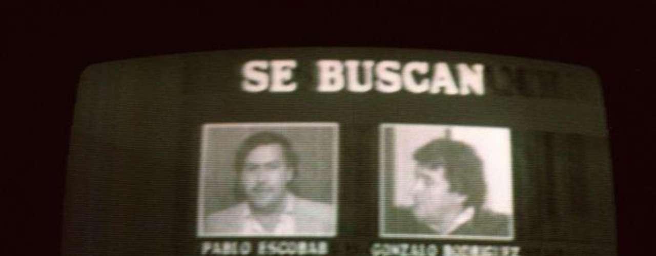 La muerte de Pablo Escobar también se debió a Los Pepes o los Perseguidos por Pablo Escobar, un grupo paramilitar conformado y financiado por narcotraficantes, ex amigos y ex socios del capo. El grupo se alió con las autoridades estadounidenses para aniquilar a quien en ese momento era su acérrimo enemigo. Sus delitos traspasaron las fronteras del país y su muerte fue motivo de celebración hasta del mismo presidente de los Estados Unidos, Bill Clinton.
