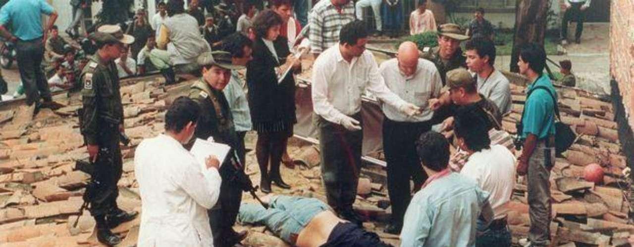 Pablo Escobar Gaviria recibió tres impactos de bala: uno en la pierna, otro en el hombro y un disparo mortal en la oreja derecha. Junto a él murió su guardaespaldas, Álvaro de Jesús Agudelo, alias El Limón. Tras la muerte de Escobar, el Cártel de Medellín fue desarticulado.