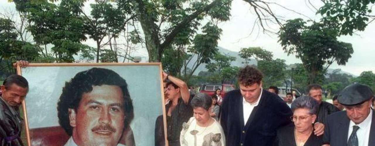 Pero, no todos celebraron su muerte, pues en algunas de las comunidades más pobres de Medellín, Escobar, era considerado un héroe. Por eso, lo llamaban el Rey, Don Pablo, El Patrón y el Benefactor, entre otros calificativos que denotaban su poder. Aunque no todos eran positivos, pues también era conocido como el Zar de la Cocaína.