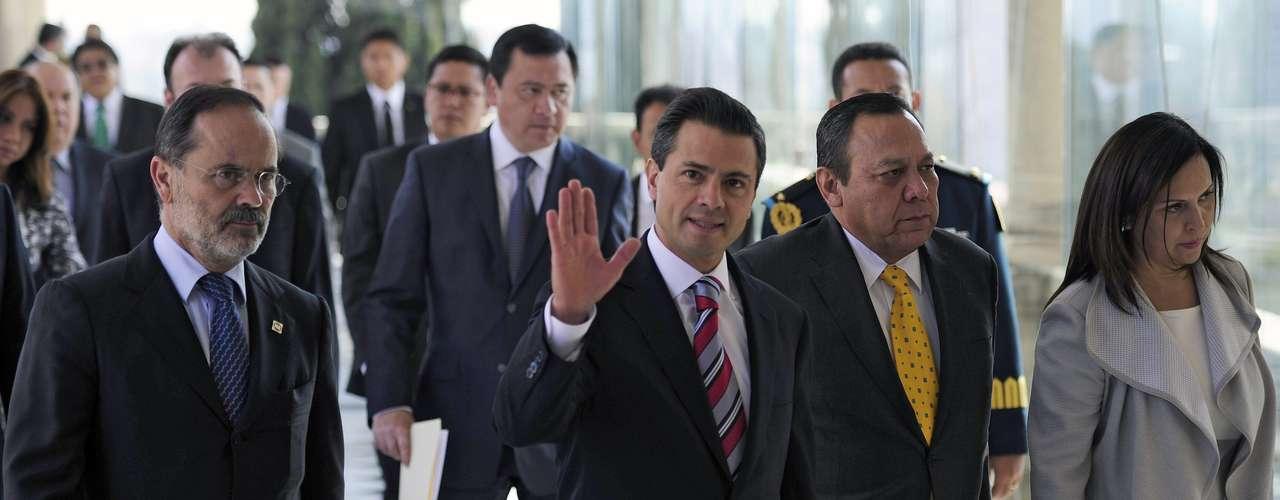 Mientras, Peña Nieto enumeró cinco ejes de su gobierno, entre los que destacan el restablecimiento de la paz y el combate a la pobreza de algunos sectores, acompañados de 13 iniciativas de reforma legal.
