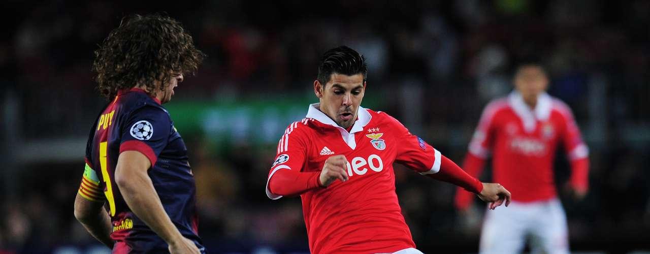 Puyol y Nolito, canterano del Barcelona, se disputan la posesión durante el partido entre el club catalán y el Benfica.