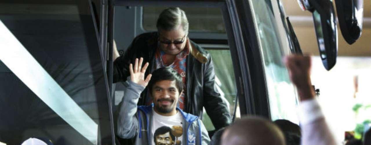 Pacquiao se mostró muy sereno al bajar de su autobús.