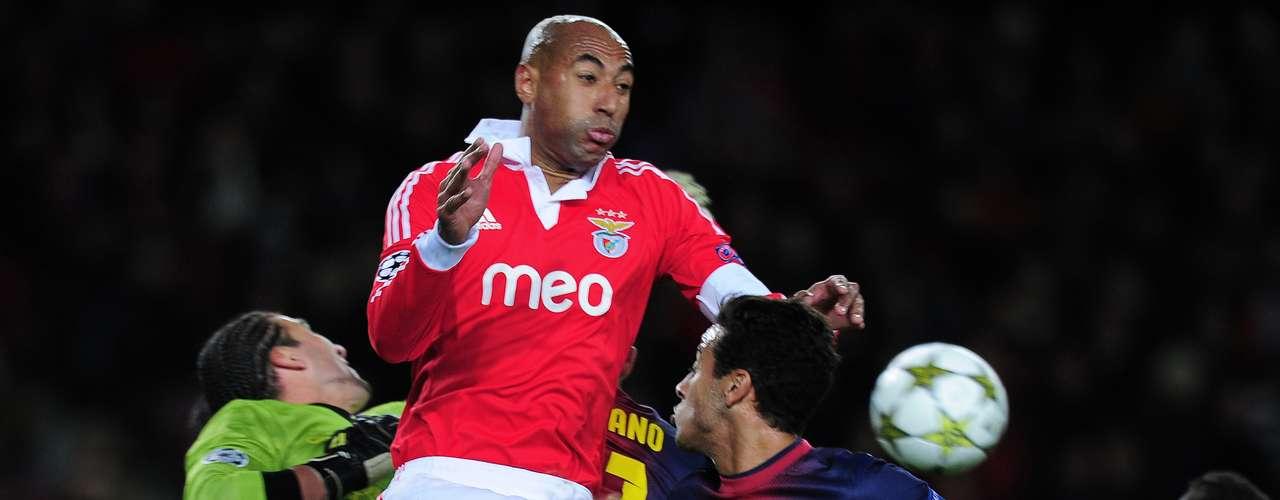 Pinto salta para impedir el cabezazo de Luisao.