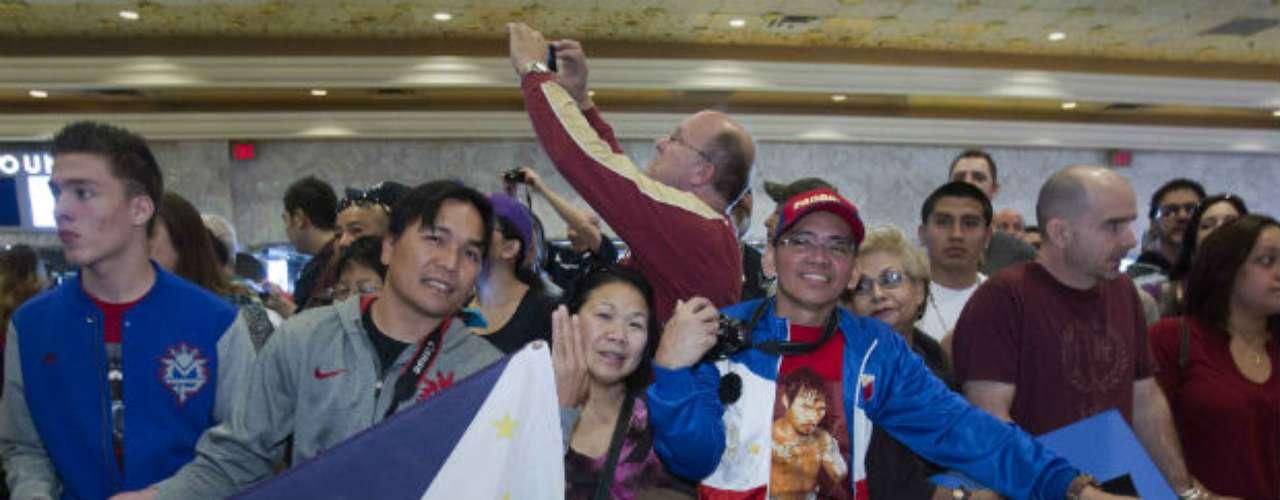 Pacquiao fue recibido por varios fans filipinos que hicieron el viaje desde Manila para ver a su ídolo, incluso una familia pudo tener contacto con él, ya que el 'Pacman' se acercó a saludarlos en seña de agradecimiento por su apoyo.