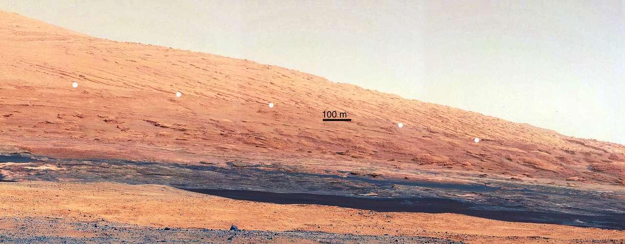 Las impresionantes imágenes tomadas por el robot desvelaron hileras dispares cerca de la base de una montaña de 5 km que se levanta en el gran valle conocido como cráter Gale.
