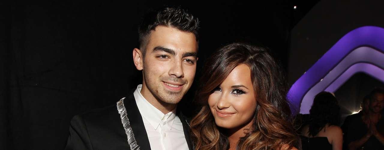Demi Lovato y Joe Jonas eran la pareja consentida de Disney. El romance se acabó einmediatamente después Joe comenzó a salir con Ashley Greene. Meses después Demi se internó en una clínica de rehabilitación para tratar sus 'problemas emocionales y físicos'