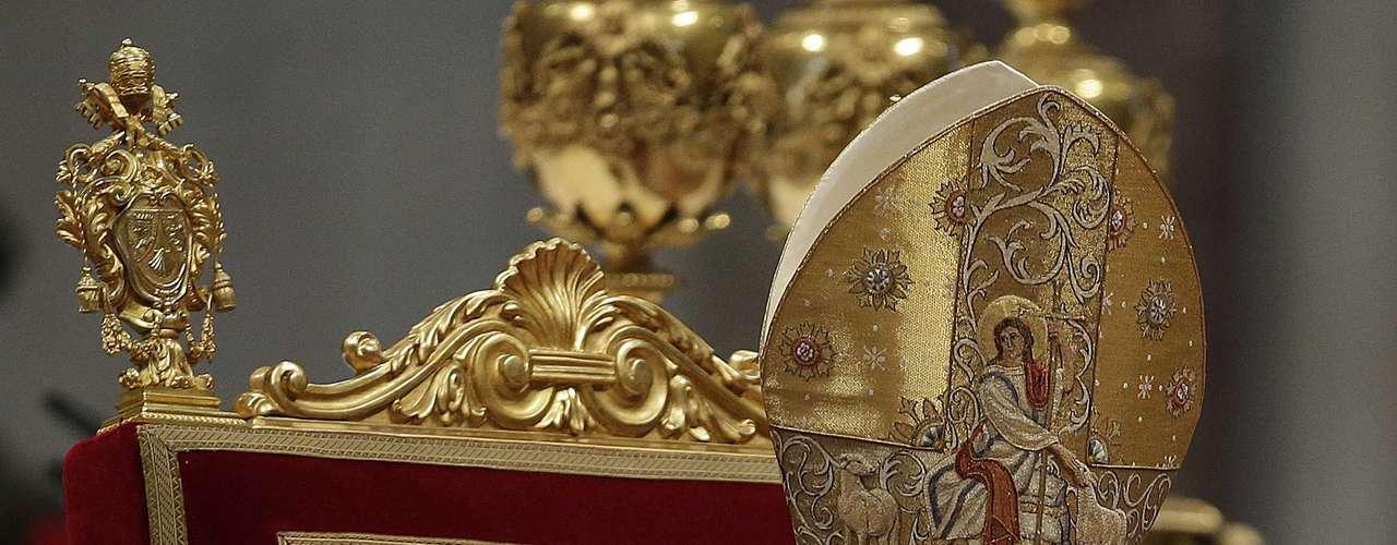 El Papa Benedicto XVI figura en los primeros puestos de los más poderosos del mundo. El 19 de abril de 2005 fue elegido sucesor de Juan Pablo II después de dos días de cónclave y dos fumatas negras. El cardenal Ratzinger había repetido sucesivas veces que le gustaría retirarse a una aldea bávara y dedicarse a escribir libros pero, más recientemente, había reconocido a sus amigos estar listo para \