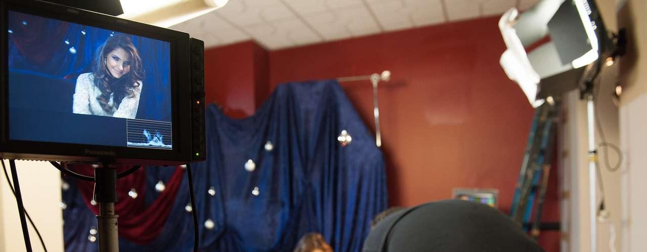 Marie Payet, Miss Universo Francia 2012 se prepara en el salón de entrevistas.