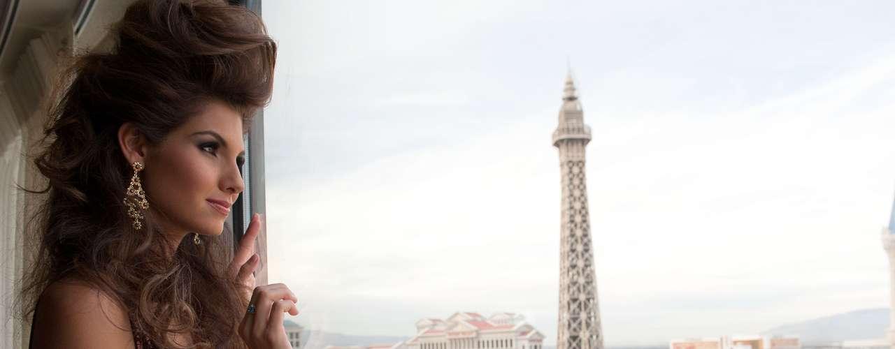 Marie Payet, Miss Universo Francia 2012 espera ansiosa su sesión de fotos para la cual ha sido preparada por vestuaristas, estilistas y maquilladores.
