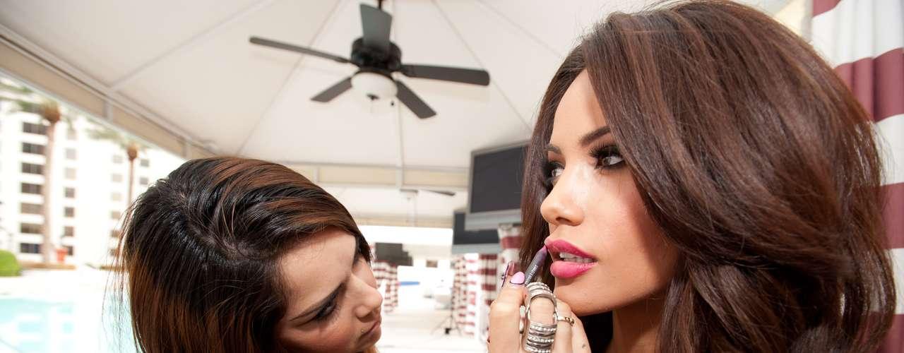 Jennifer Andrade, Miss Universo Honduras 2012 es alistada por los expertos en maquillaje de MAC para su encuentro con los lentes de los expertos.