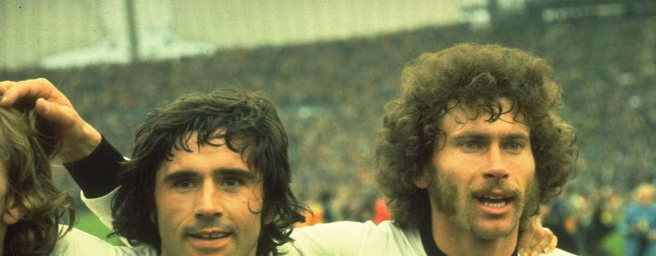 Gerd Müller (izquierda) fue el gran artillero alemán, aún tiene el récord de más goles en un año, que Lionel Messi está cerca de romper.