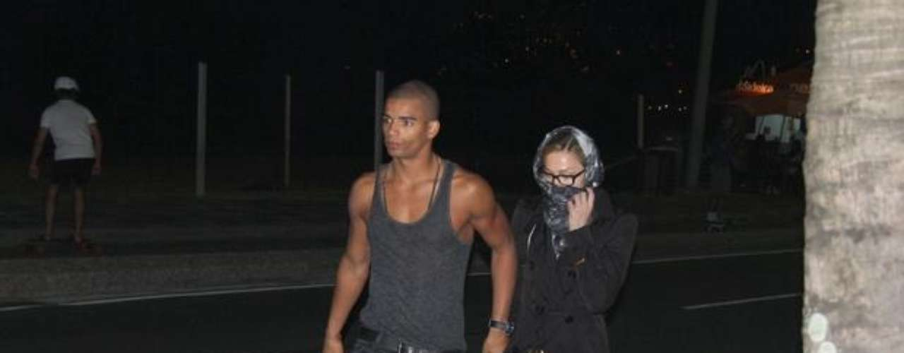La cantante cubrió el rostro y pareció molesta con el acoso de la prensa. Antes de la parada brasileña del tour \