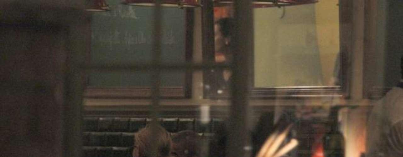 Madonna, que se presenta en Porto Alegre el 9 de diciembre, cenó en una pizzería y después paseó al lado del joven bailarín por el barrio de Ipanema.