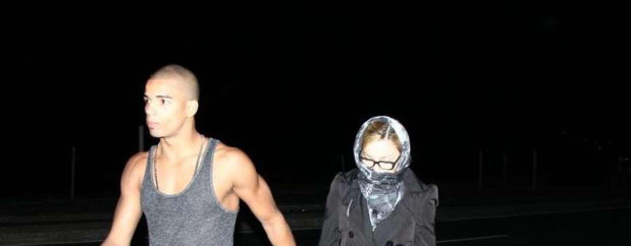 Madonna usó pañuelo y lentes para evitar ser registrada por las lentes de los fotógrafos, pero aún así no logró pasar desapercibida.