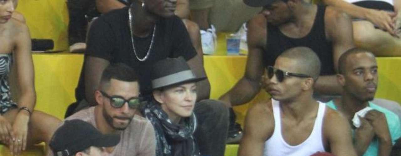 Además de su novio, la cantante iba acompañada de sus hijos.