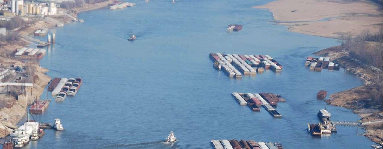 De acuerdo a un reportaje de CNN, la última vez que la condición del río se registró de manera grave fue en 1988. En ese tiempo, una gran cantidad de tráfico de barcazas se detuvo por completo y la industria naviera registró pérdidas millonarias. (Fuente: Agencias)