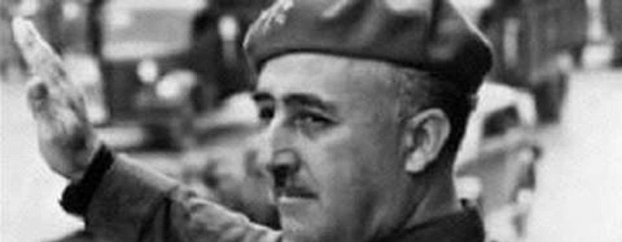 Francisco Franco.- Otro contemporáneo de los anteriores, quienes protagonizaron la Segunda Guerra Mundial, el dictador español fue anticomunista, nacionalista, católico y conservador, así como gobernante con un régimen fascista. Lideró a militares que en 1936 desataron la Guerra Civil Española. Puede sorprender, pero Franco fue abandonado por su padre.