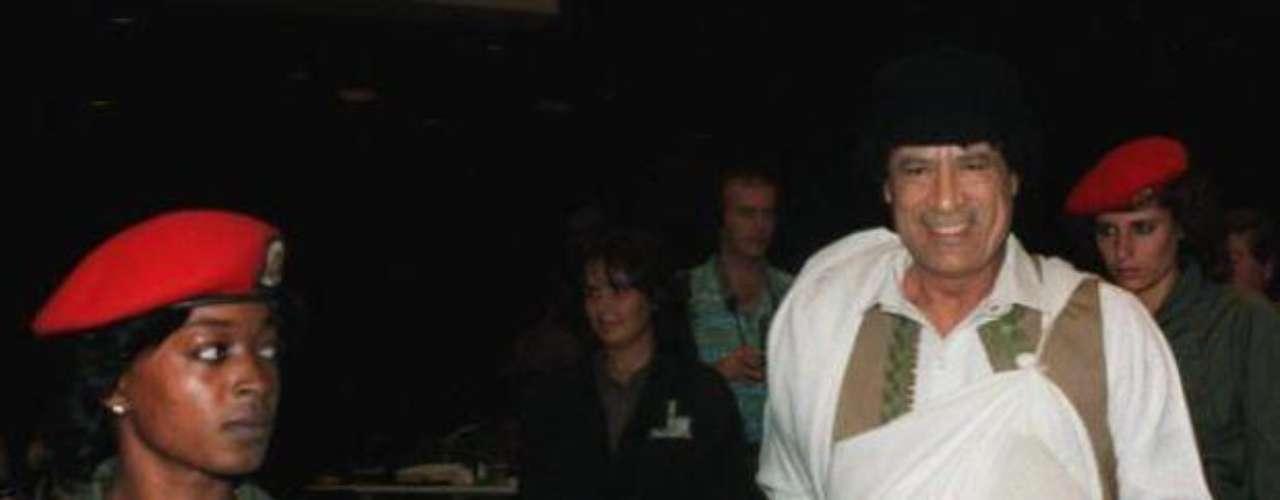Muamar Gadafi.- Otro dictador que tuvo un trágico final, muriendo a manos de los rebeldes en octubre del 2011, apedreado, vejado y de un disparo. Conocido tanto por la rigidez de su régimen como por sus excentricidades (incluidas las sexuales) gobernó Libia viviendo en condiciones de lujo extremo durante más de 40 años.