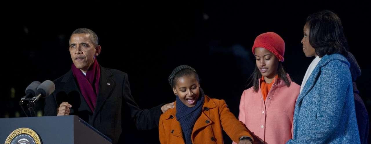 La familia Obama ya está inmersa en el espíritu de la Navidad con el encendido del arbolito navideño de la Nación, en Washington (6 de Diciembre)